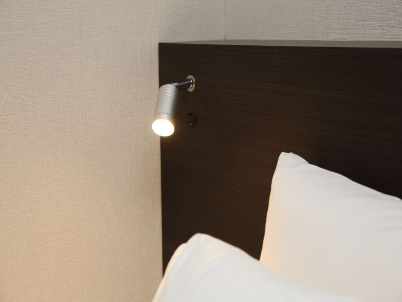 枕元には読書灯がございます。